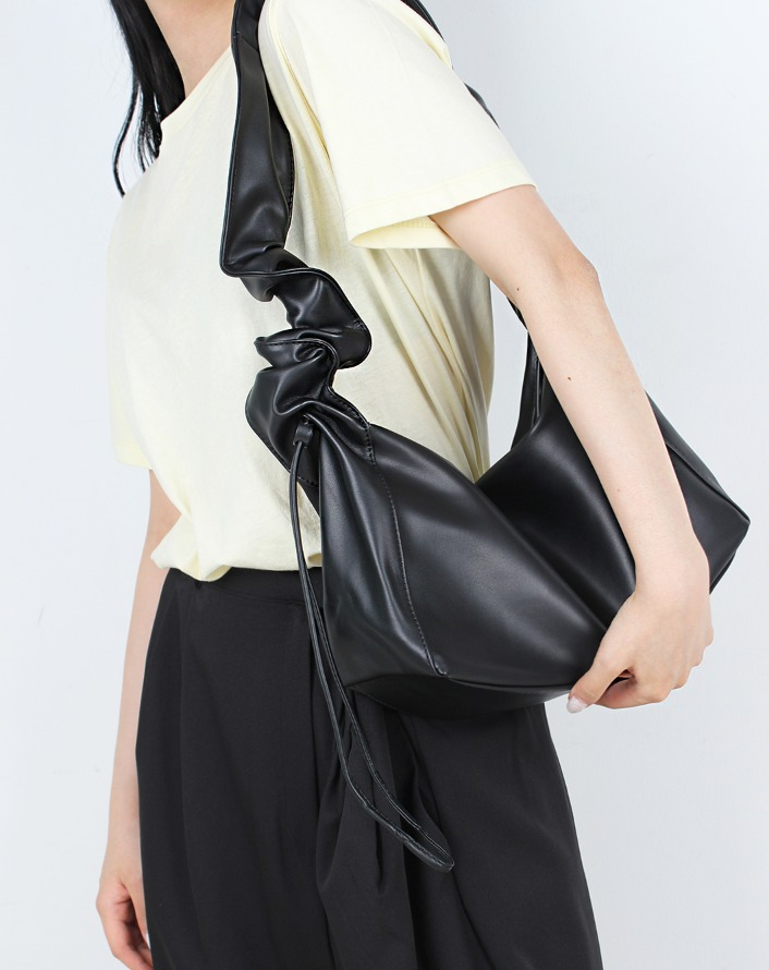 shirring in strap leather bag (black)